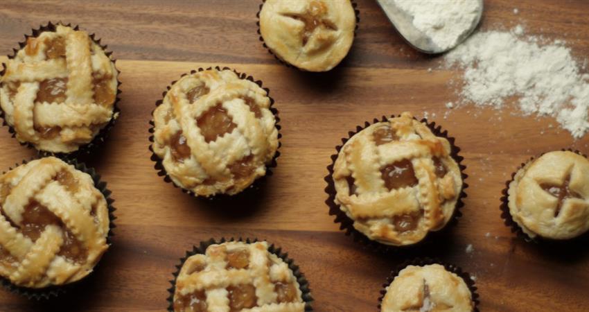 Cupcake pan mini apple pies for Apple pie decoration